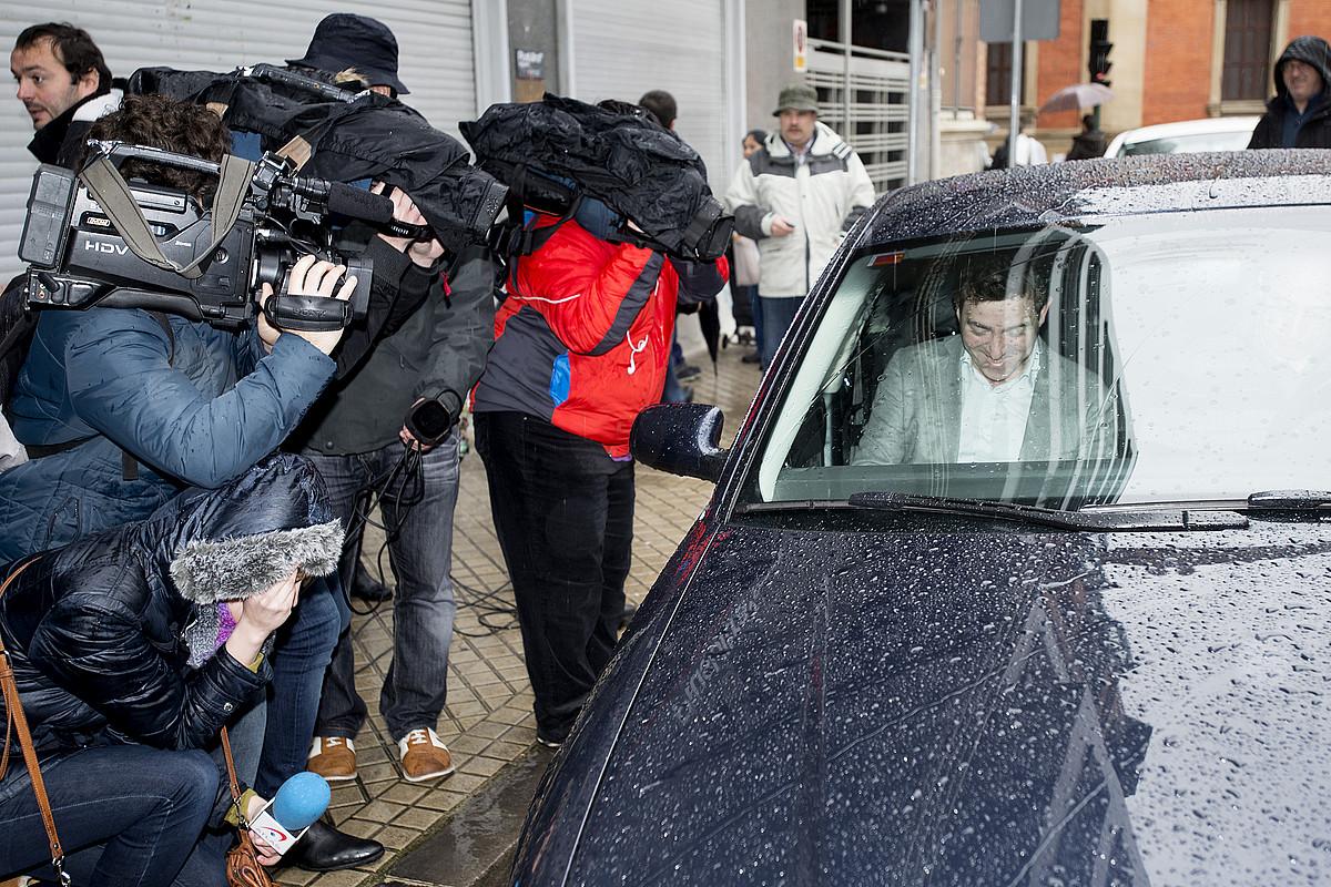 Roberto Jimenez PSNko idazkari nagusia atzo Iruñean auto barruan, bere alderdiaren bileraren ostean. / IÑIGO URIZ / ARGAZKI PRESS