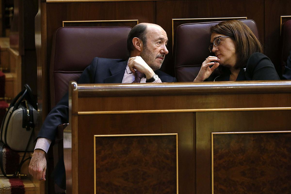 Alfredo Perez Rubalcaba PSOEko burua eta Soraya Rodriguez bozeramailea, Espainiako Kongresuan. / EFE