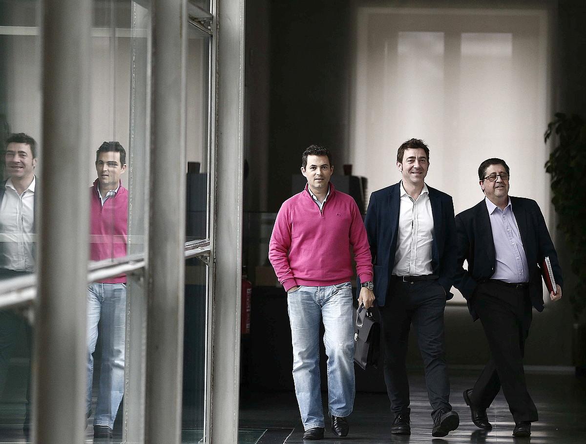 Samuel Caro, Roberto Jimenez eta  Pedro Rascon PSNkoak, atzo, bilerara bidean. / JESUS DIGES / EFE