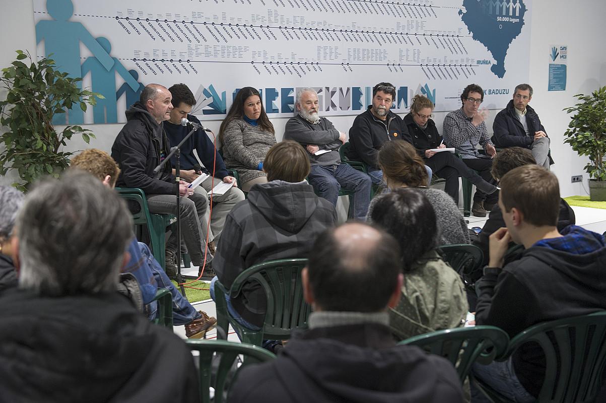 Mahai inguruan parte hartu zuten alderdietako kideak, atzo, Gure Esku Dagoren Donostiako egoitzan. / JON URBE / ARP