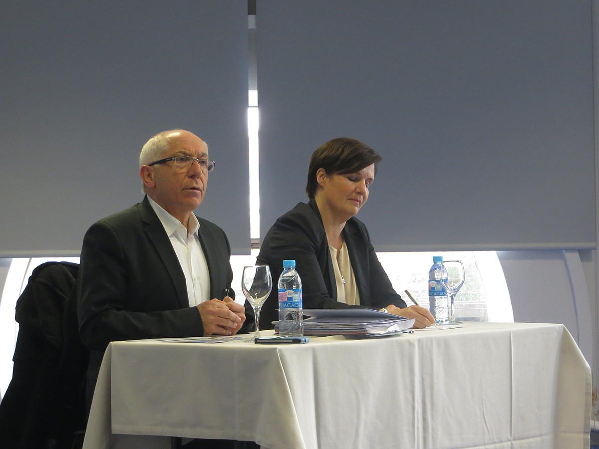 Jean Rene Etxegarai eta Sylvie Durruti Baionan, herri bozen bigarren itzulirako akordioa aurkezten, atzo. ©BERRIA