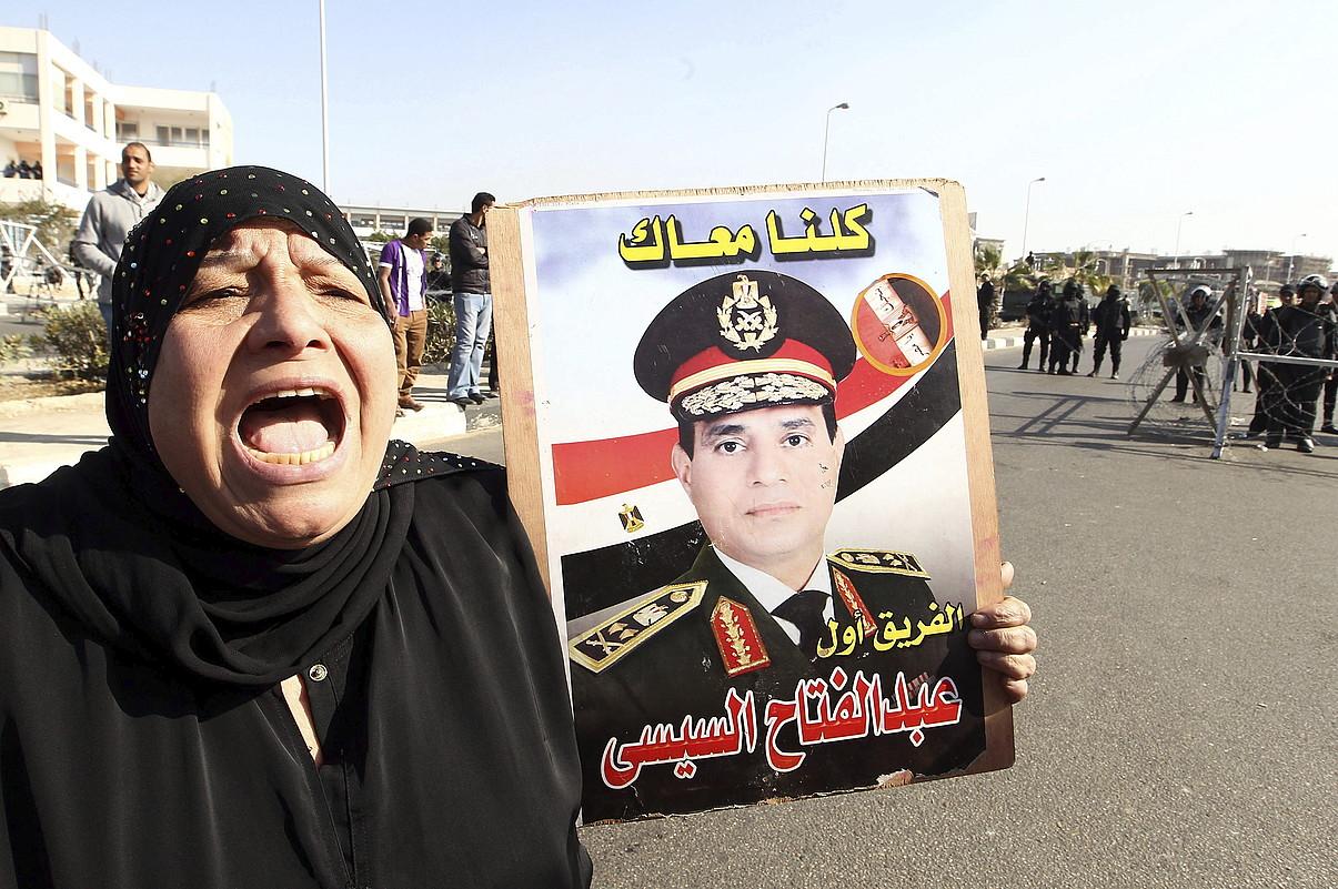 Emakume bat, Al-Sisiren argazki batekin, Kairoko Polizia Akademiaren atarian. ©KHALED ELFIQI / EFE