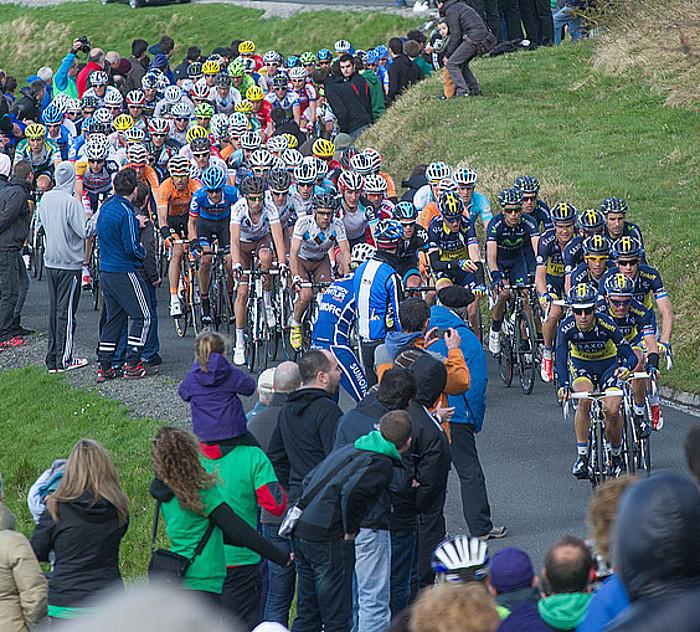 Tropela, iazko Euskal Herriko Itzuliko lehen etapan, Saxo taldea buruan dela, Azurkin gora. / ANDONI CANELLADA / ARP