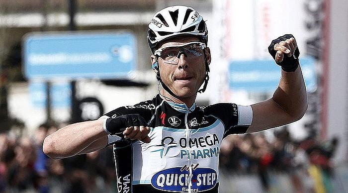 Tony Martin alemaniarra (Omega Pharma-Quick Step), eskuak altxatuta, garaipena ospatzen, atzo, Dantxarineako helmugan. / JESUS DIGES / EFE