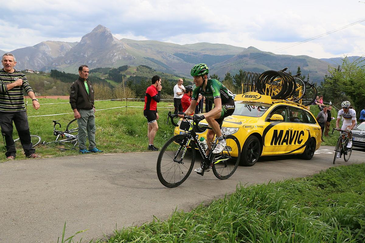 Romain Sicard, herenegun, Euskal Herriko Itzuliko lehen etapan, Gaintza igotzen, ihesaldian atzean geratu berritan. / GOTZON ARANBURU / ARGAZKI PRESS