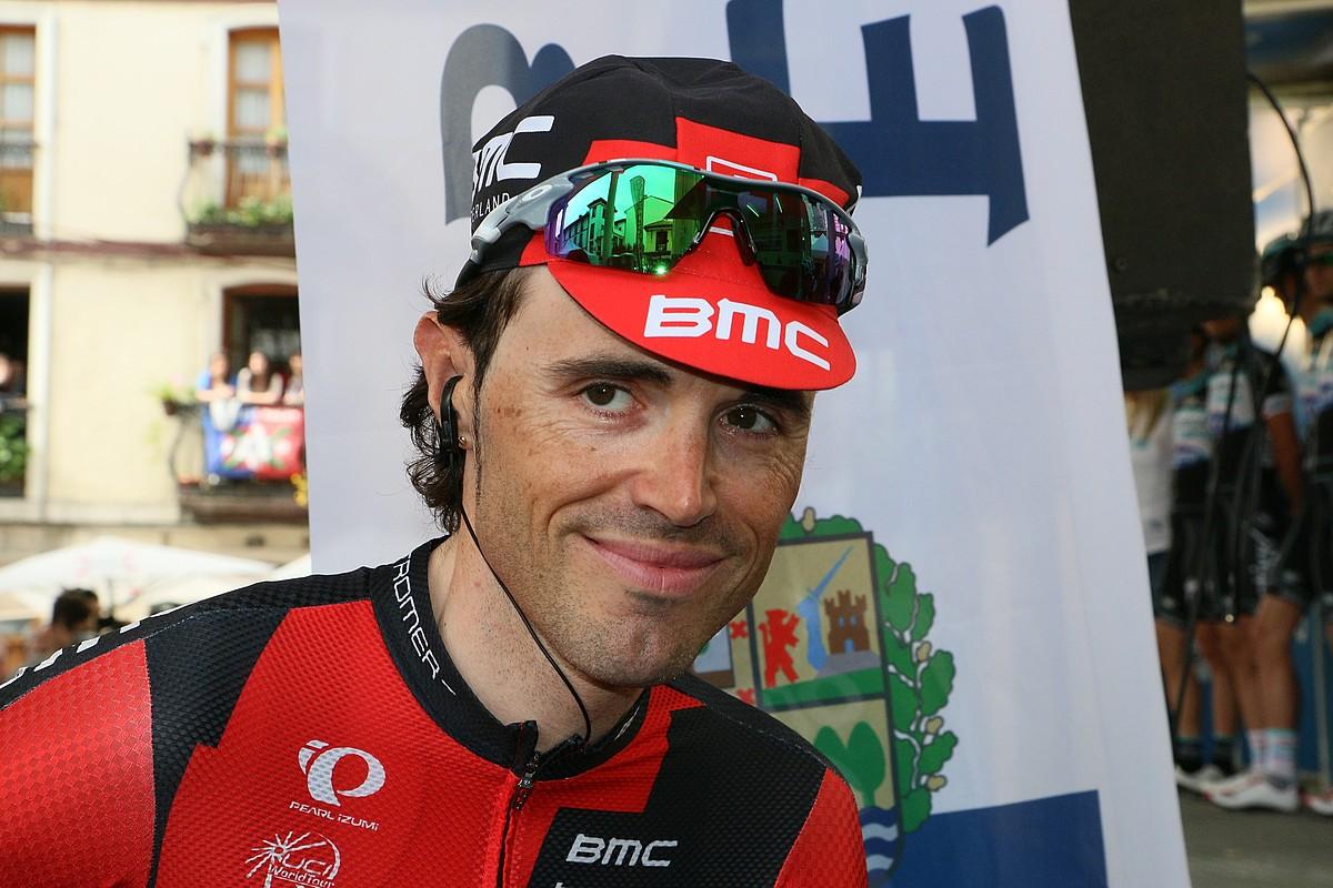 Samuel Sanchez (BMC), irribarretsu, Ordizian, Euskal Herriko Itzulia abiatu aurretik. / GOTZON ARANBURU / ARGAZKI PRESS