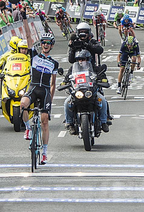 Wouter Poels (Omega), eskuak altxatuta, garaipena ospatzen, Arrateko helmugan. Haren atzetik ageri da Alejandro Valverde (Movistar). / GORKA RUBIO / ARP