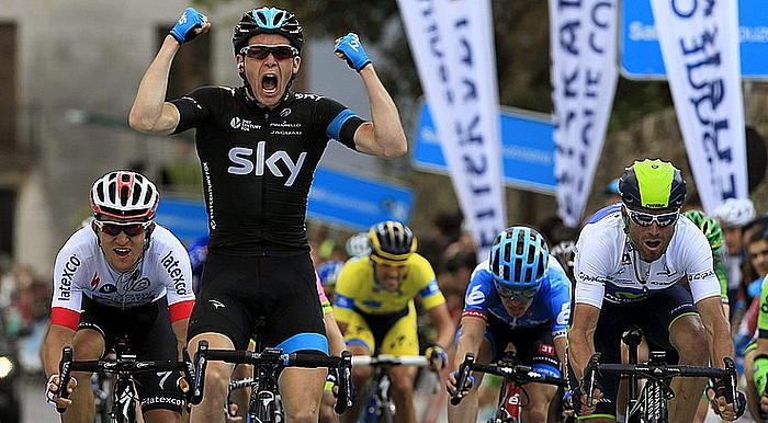 Ben Swift (Sky), garaipena ospatzen, amorru biziz, atzo, Markina-Xemeinen. Michal Kwiatkowski (Omega) eta Alejandro Valverde (Movistar) ageri dira ezker-eskuin.