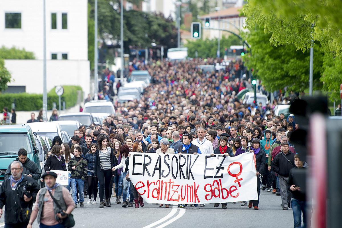 Manifestazioa egin zuten atzo arratsean Txantreako kaleetan, goizaldera izandako erasoak salatzeko. Gazte asko bildu zen protestara.