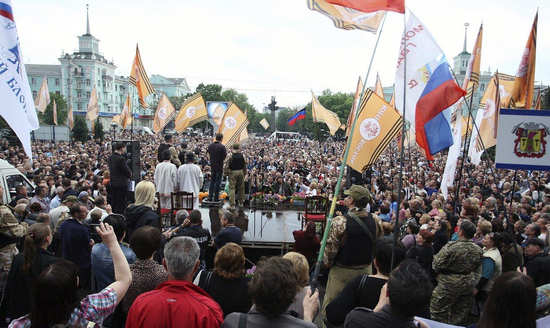 Independentziaren garaipenaren ospakizuna, atzo, Luhansk hiriburuan.