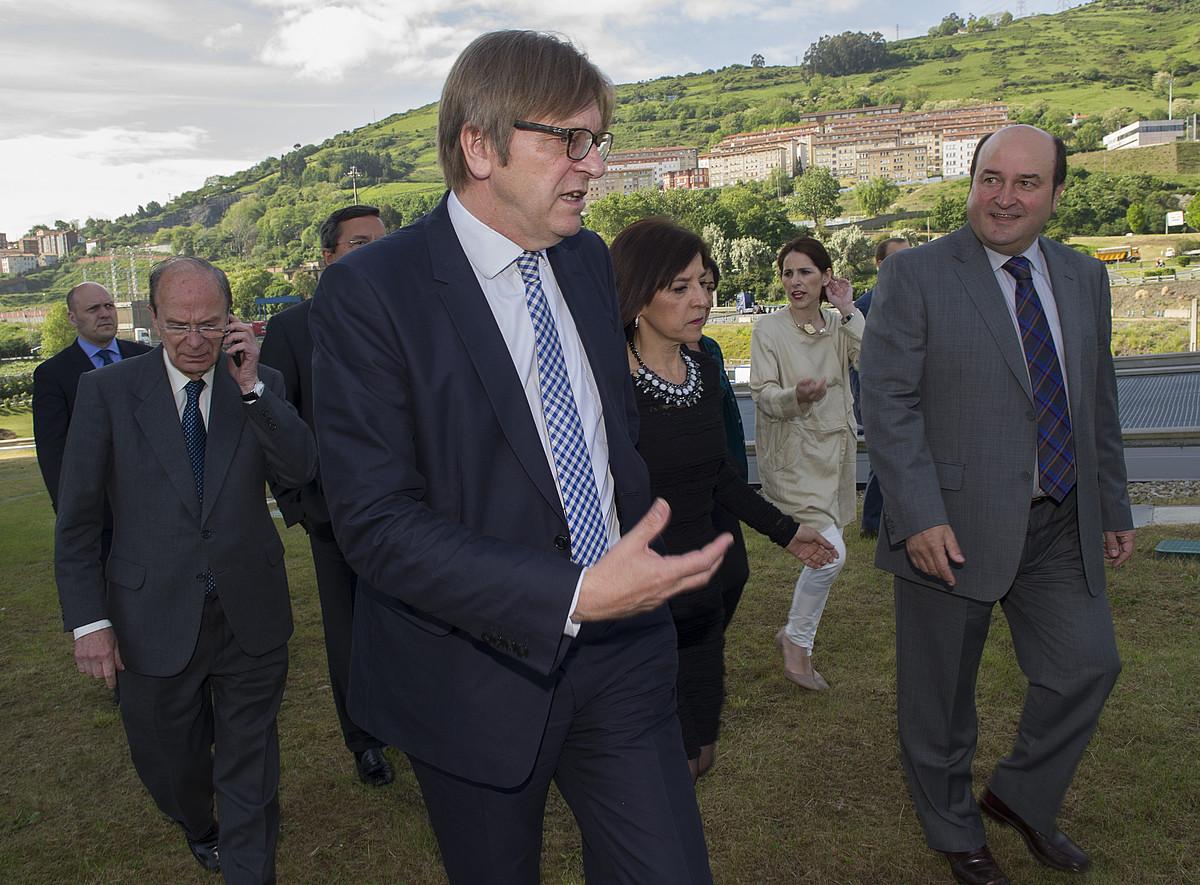 Guy Verhosfstad, Izaskun Bilbaorekin eta Andoni Ortuzarrekin hizketan, atzo. / MONIKA DEL VALLE / ARGAZKI PRESS