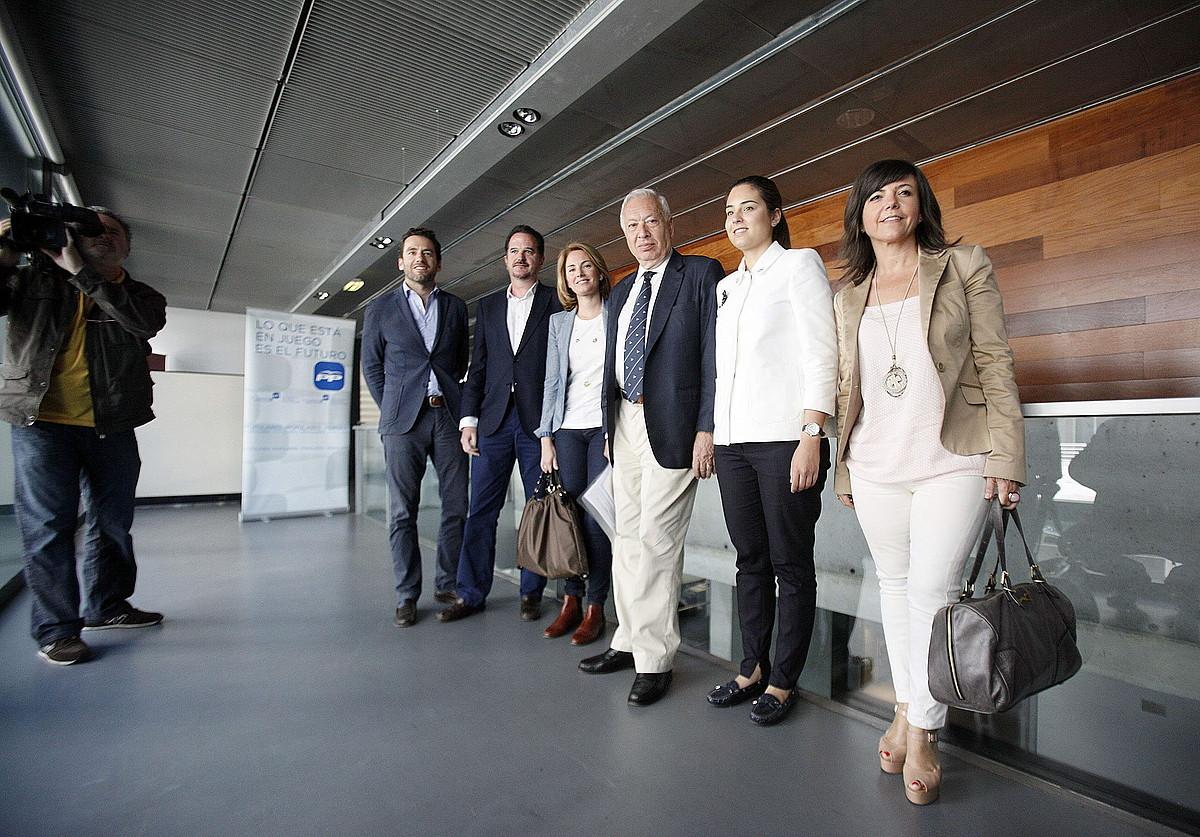 Margallo Espainiako ministroa, EAEko PPko kideekin, atzo. / G. ESTRADA / EFE