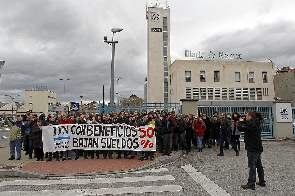 <em>Diario de Navarra</em>-ko langileak, egoitzaren aurrean eginiko protestan.