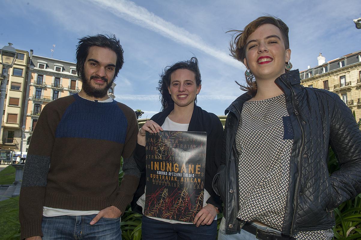 Karrikan antzerki taldeko Eneko Sagardoi, Miren Erdoiza eta Julene Barneola. ©GORKA RUBIO / ARGAZKI PRESS