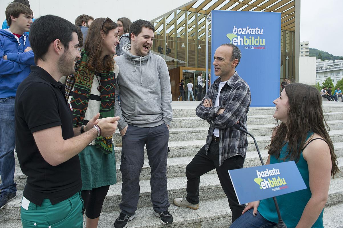 EH Bilduko gazteak, Josu Juaristi zerrendaburuarekin, atzo. / JON URBE / ARGAZKI PRESS