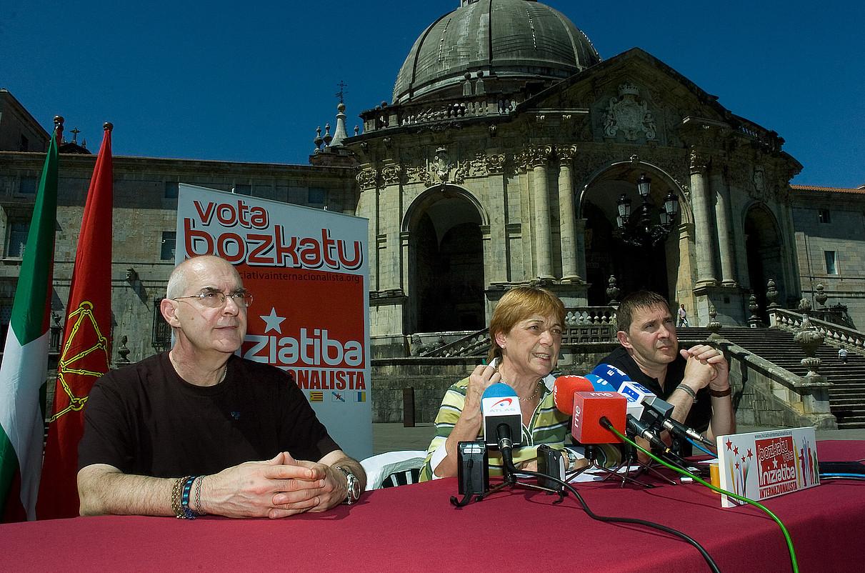 Eugenio Etxebeste, Doris Benegas eta Arnaldo Otegi, 2009ko bozetako ekitaldi batean, Loiolan. / JON URBE / ARP