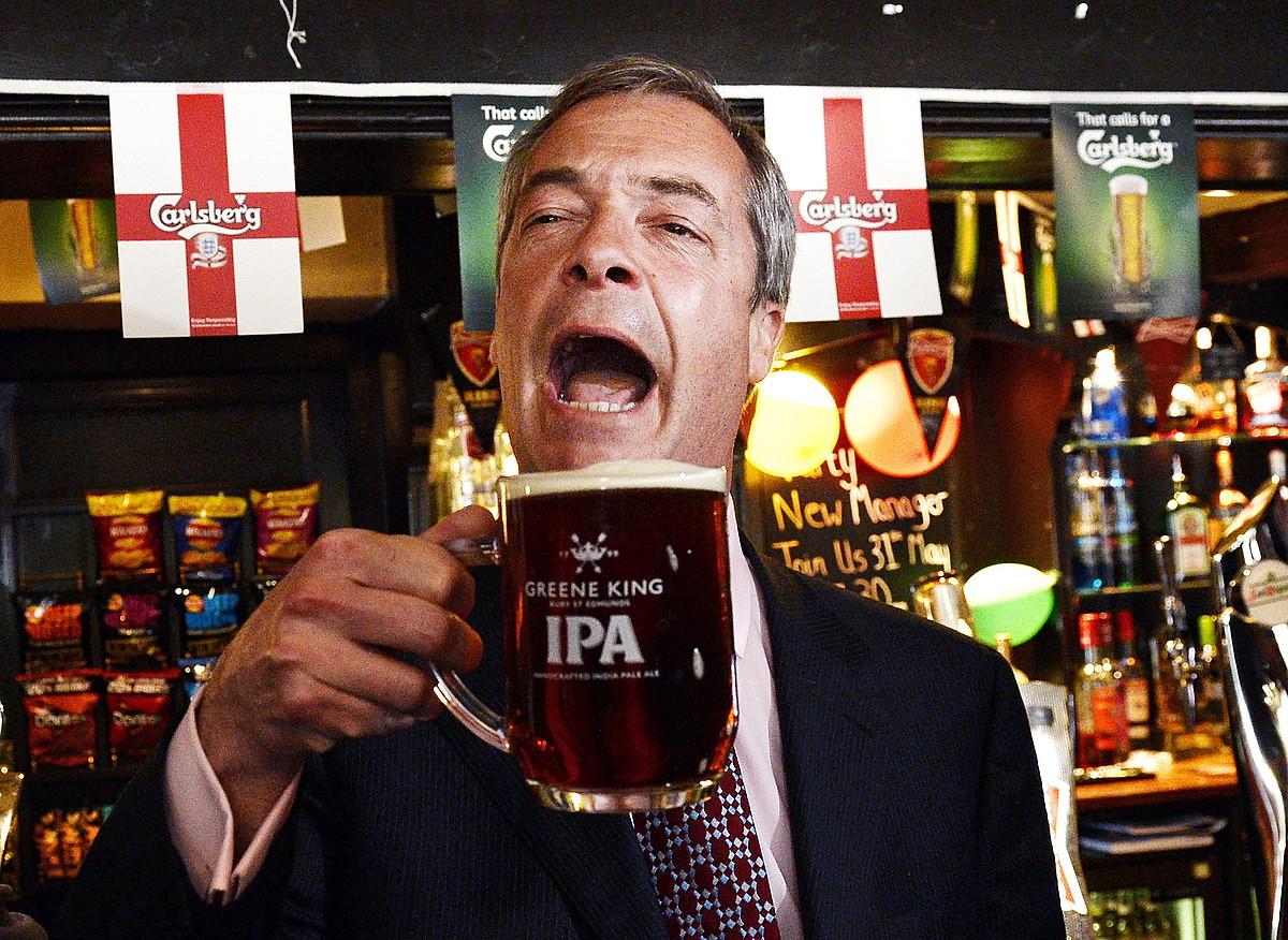 Nigel Farage UKIPeko buruzagia, South Ockendon herriko taberna batean, bere alderdiaren emaitza bikainak ospatzen. / FACUNDO ARRIZABALAGA / EFE