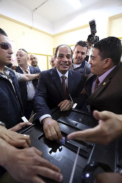 Al-Sisi, botoa ematen. ©K. ELFIQI / EFE