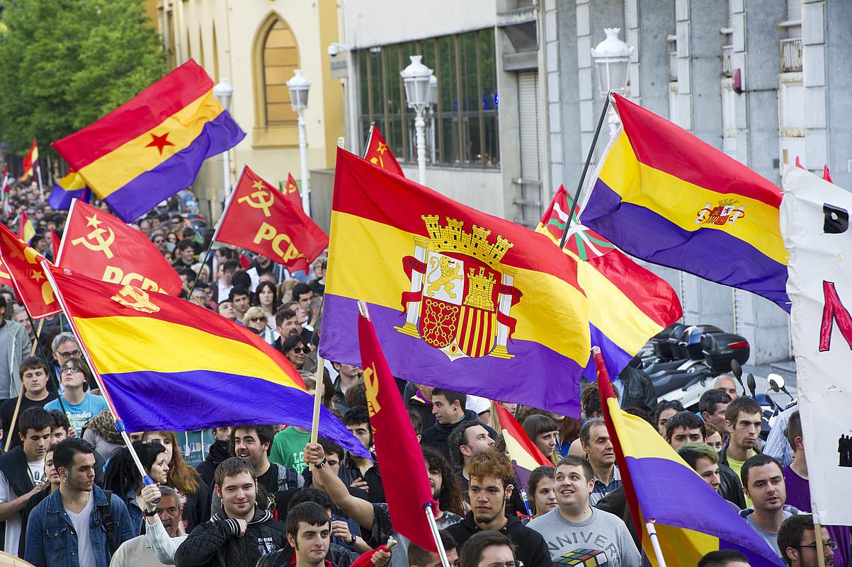 Monarkia edo errepublikari buruzko galdeketa eske, protestak egin zituzten atzo. Irudian, Donostiakoa. / GORKA RUBIO / ARP