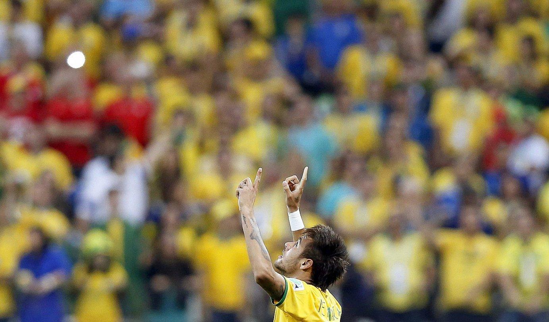 Neymar, gora begira eta hatzak gora, Kroaziari sartutako lehen gola ospatzen. Beste bat sartu zuen gero. / TOLGA BOZOGLU / EFE