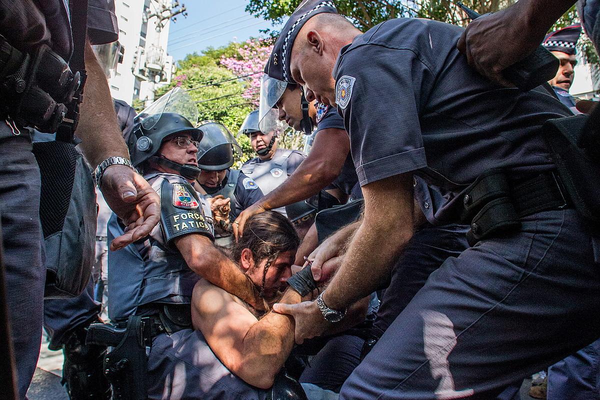 Poliziak, manifestari bat indarrez atxilotzen, atzo, Sao Paulon. / MARCOS MENDEZ / EFE
