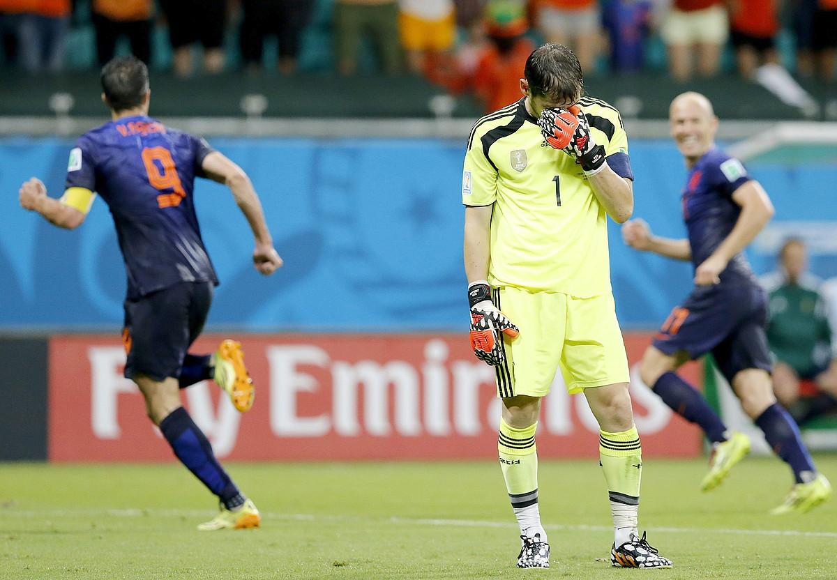 Van Persie eta Robben Herbehereetako jokalariak 1-4koa ospatzen, atzo, eta Casillas Espainiako atezaina erabat lur jota. / GUILLAUME HORCAJUELO / EFE