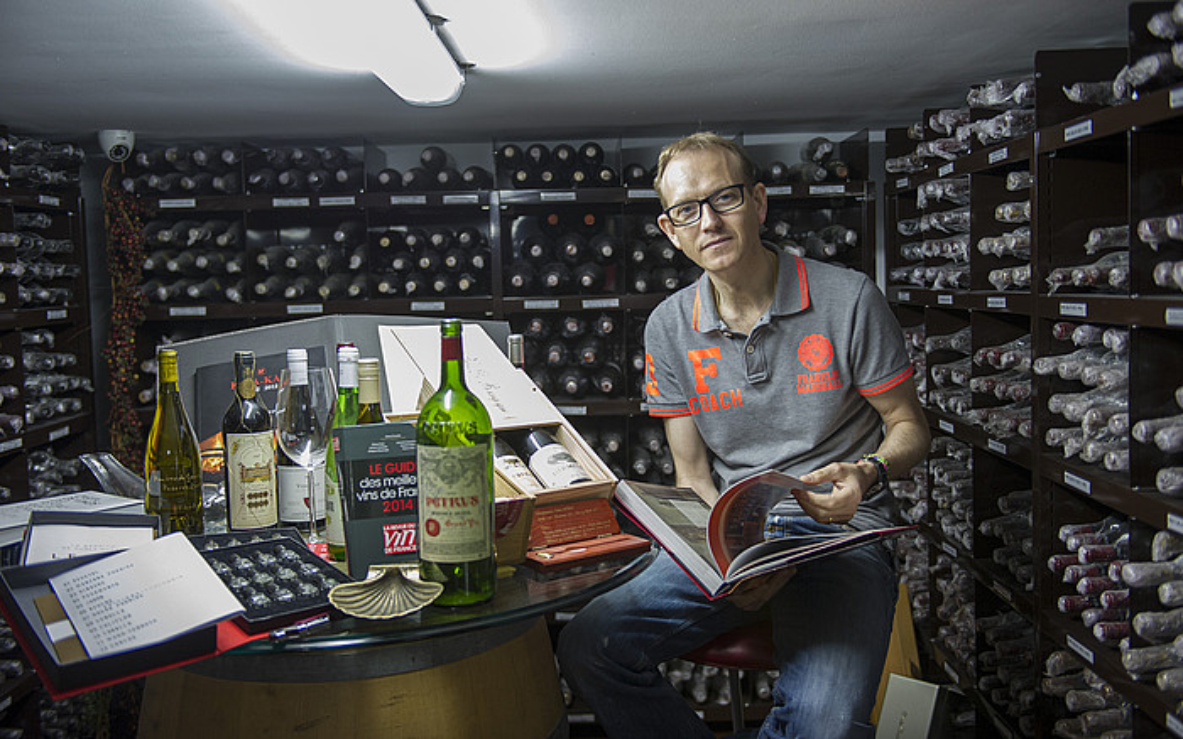 Igor Arregi, ardo botilez inguratuta. Hiru bodega dituzte Getariako Kaia-Kaipe jatetxean. ©ANDONI CANELLADA / ARGAZKI PRESS