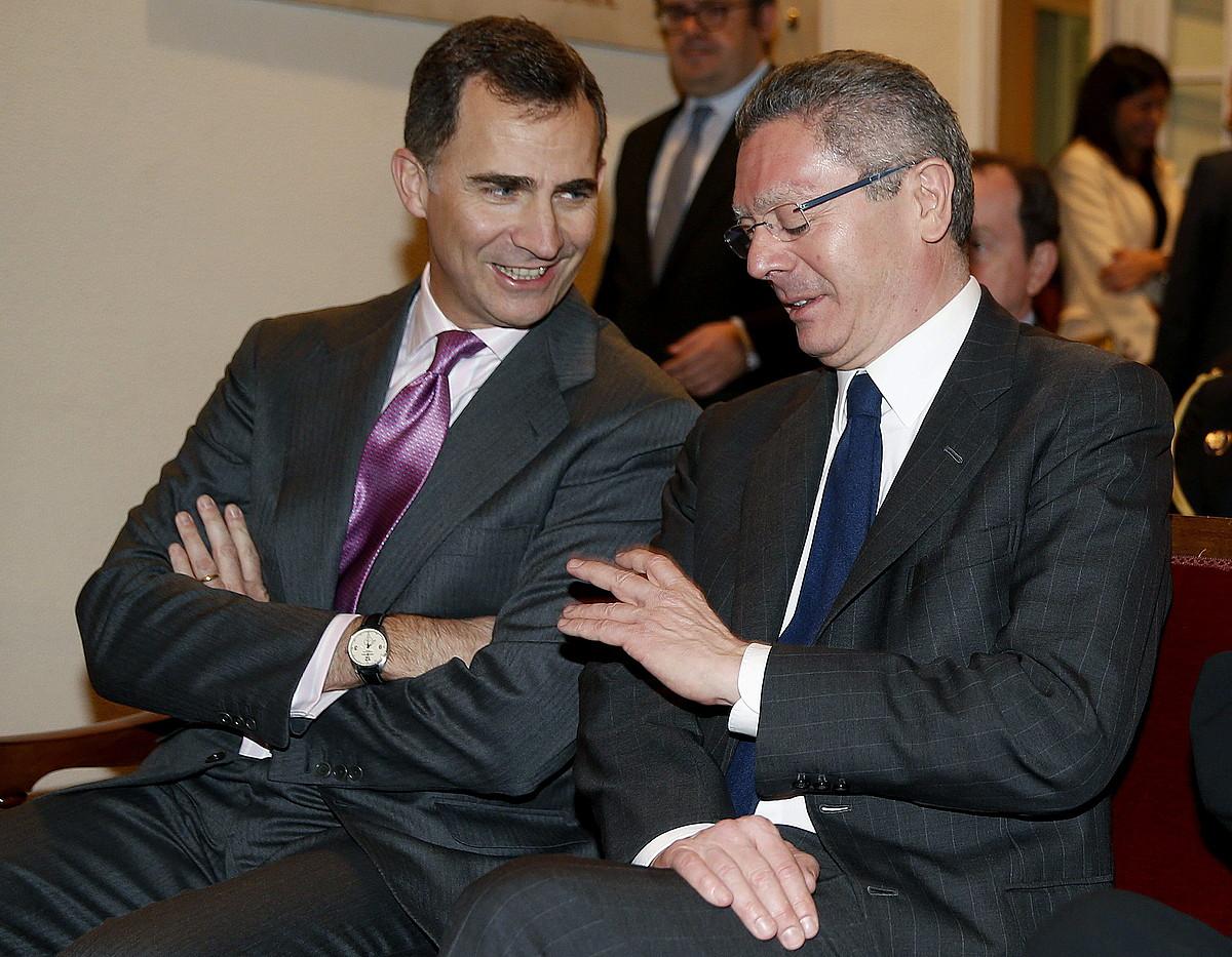 Felipe erregegaia, Alberto Ruiz-Gallardon Espainiako Justizia ministroarekin hizketan. / JUANJO MARTIN / EFE