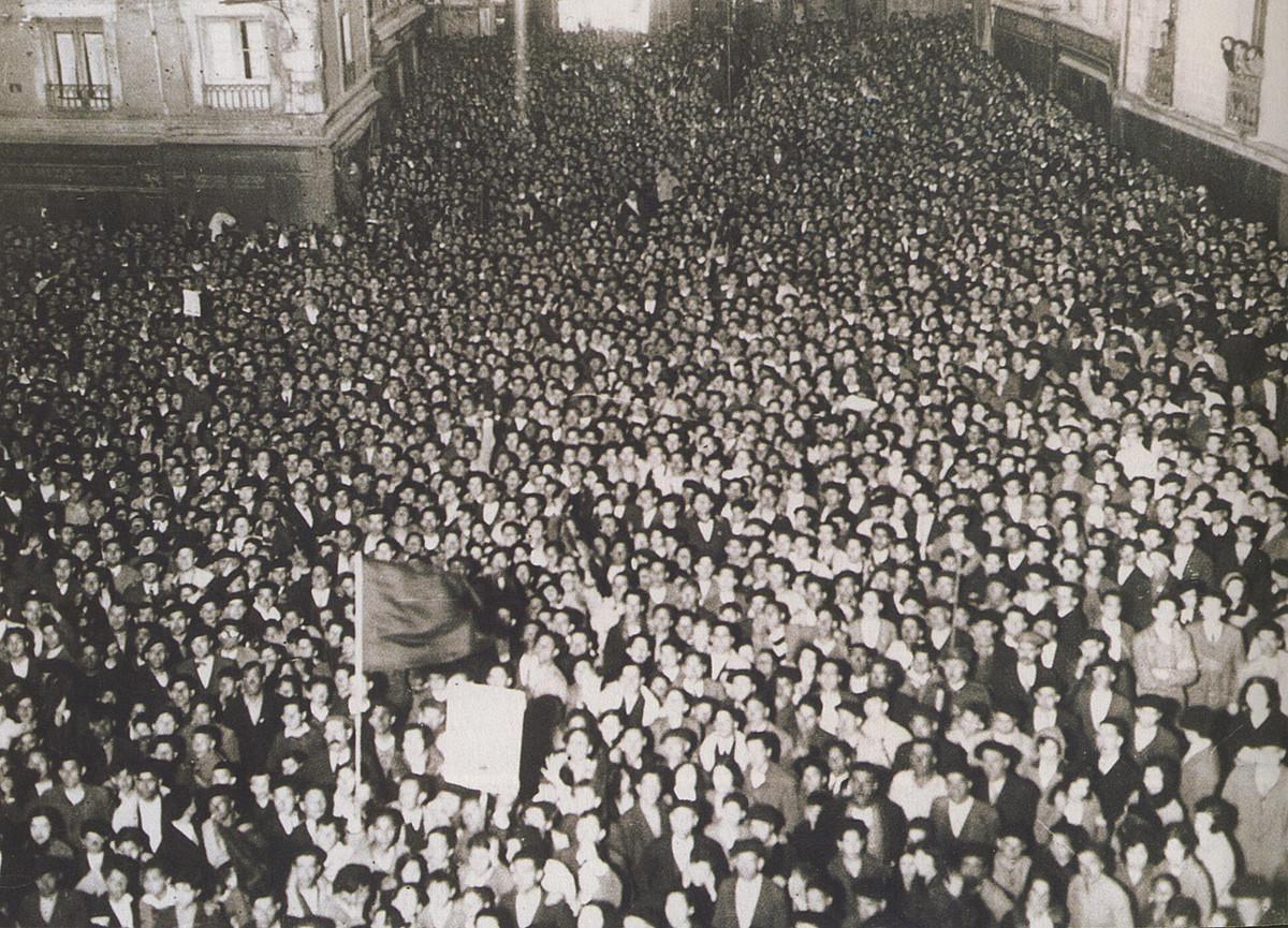 Iruñeko udaletxe aurreko plaza, jendez gainezka, 1931ko apirilean, errepublika aldarrikatu zen egunean. / BERRIA