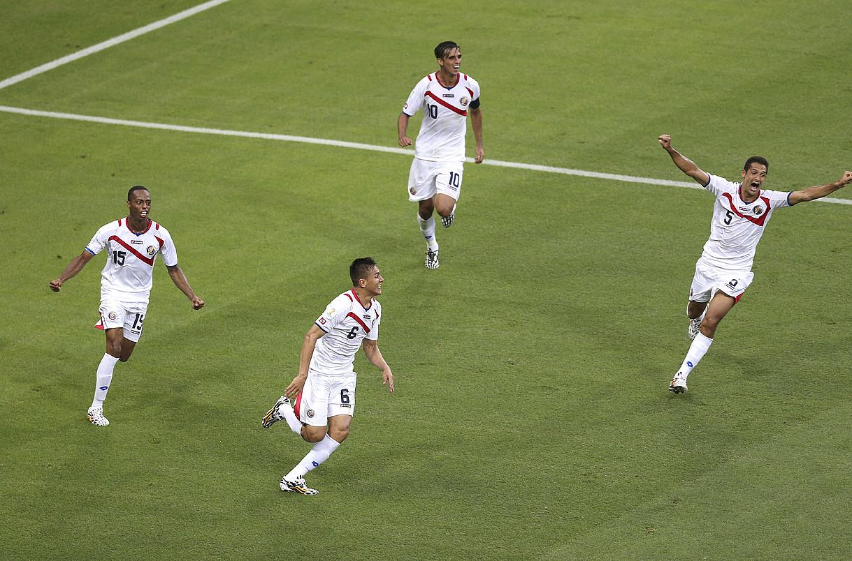Oscar Duarte, bigarrena ezkerretik, atzoko partidan sarturiko gola Costa Ricako selekzioko kideekin ospatzen. / PAOLO AGUILAR / EFE