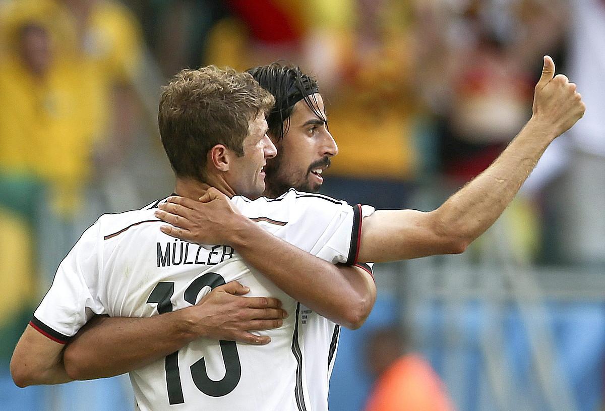 Thomas Mueller eta Sami Khedira, elkar besarkatuta, Alemaniak atzoko partidan sarturiko lehen gola ospatzen. / MARCUS BRANDT / ARGAZKI PRESS