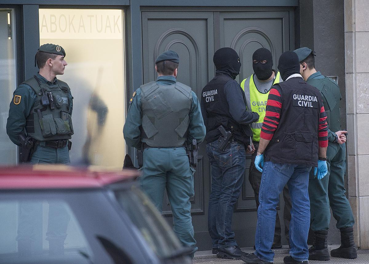 Guardia Zibila, urtarrilean, abokatuen Hernaniko egoitza miatzen.