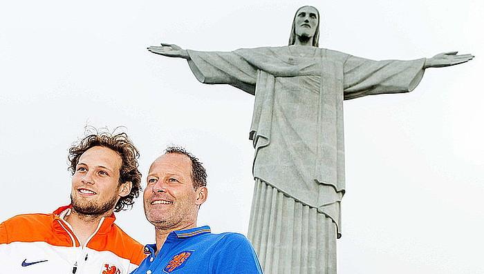 Daryl eta Danny Blind aita-semeak, Rio de Janeiroko Corcovado gainean, Cristo Berrerosle estatuaren azpian. / KOEN VAN WEEL / EFE
