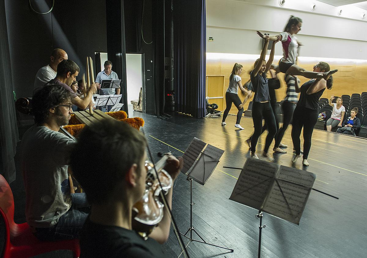 Gimnastika erritmikoko dantzariak <em>GI-631</em> herri operarako entseatzen, irakasleek zuzentzen dituztela.</em> ©JON URBE / ARP