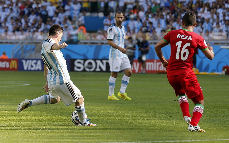 Leo Messi, Reza Goochannejhadi iskin egin ondoren, atera ezkerrez jauritzeko prest. Jokaldi horretan sartu zuen gola Argentinak. / FELIPE TRUEBA / EFE