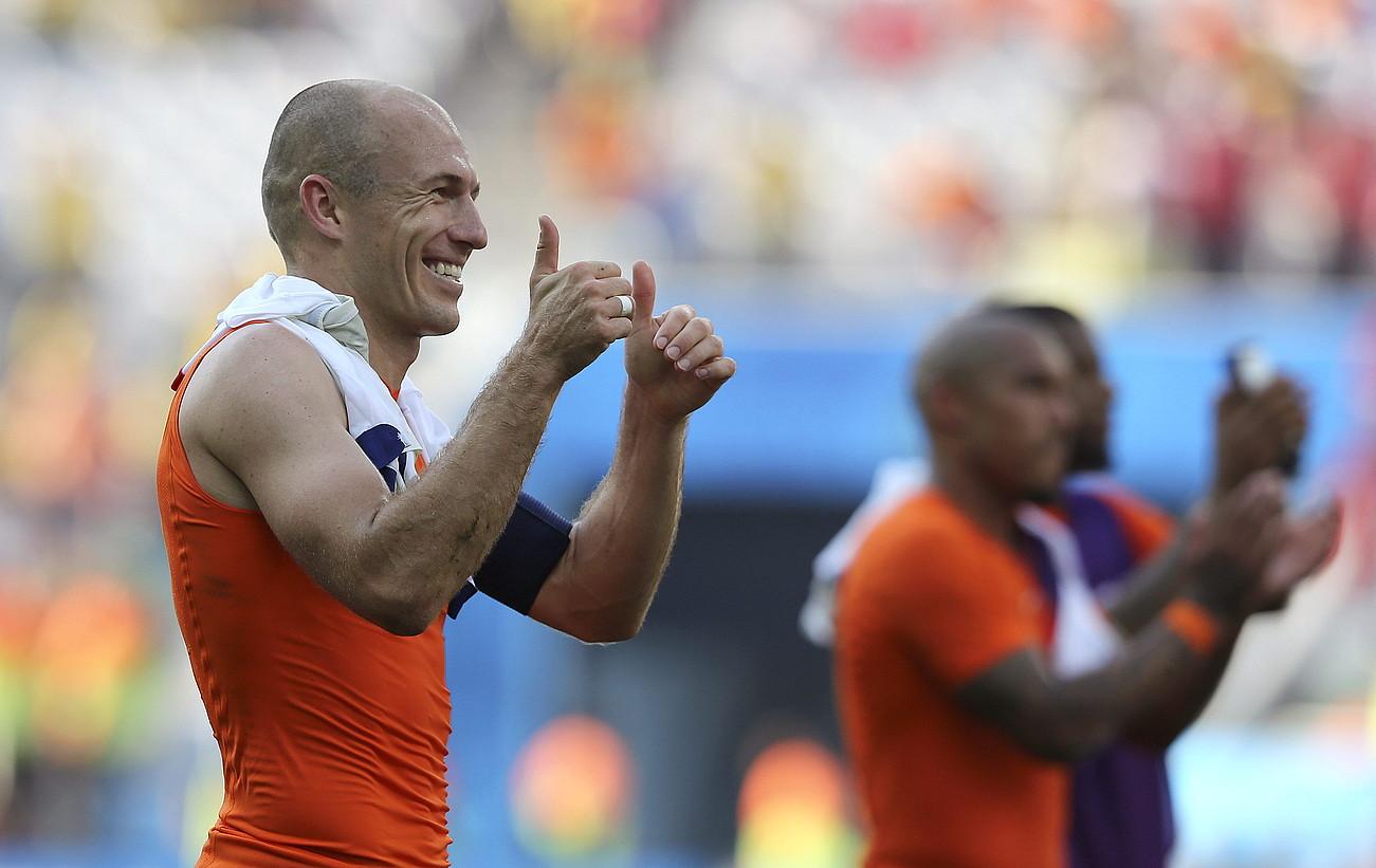 Arjen Robben, Herbehereetako selekzioko erdilaria, pozez zoratzen, atzo, Txileri irabazi eta B multzoko lehen postua lortu berritan. / SEBASTIAO MOREIRA / EFE