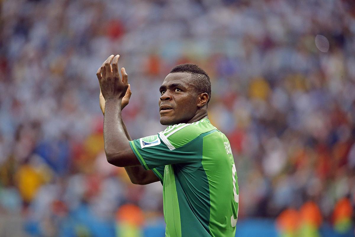 Emmanuel Emenike Nigeriako selekzioko jokalaria Porto Alegreko estadioan bildutako zaleei txalo egiten, atzoko partidaren ondoren. / ARMANDO BABANI / EFE