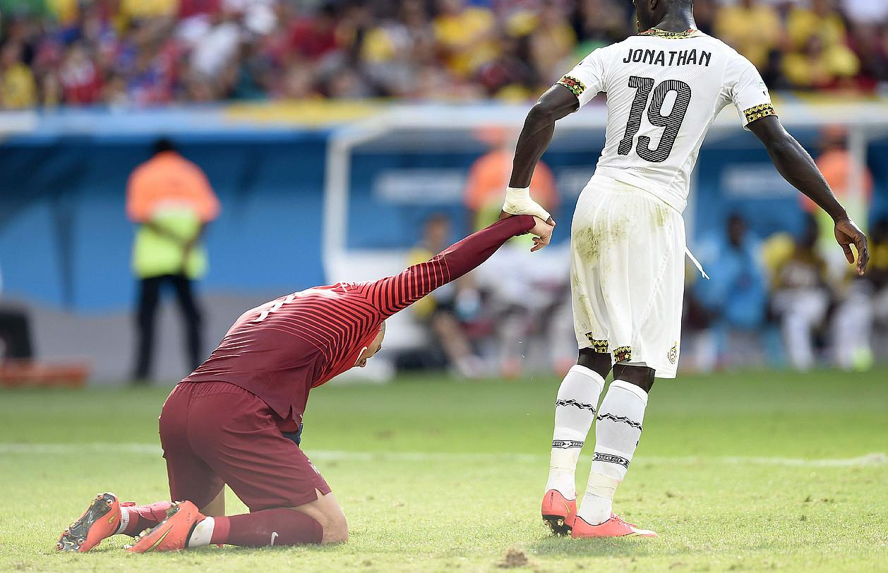 Jonathan Mensah, Cristiano Ronaldori altxatzen laguntzen. / SHAWN THEW / EFE