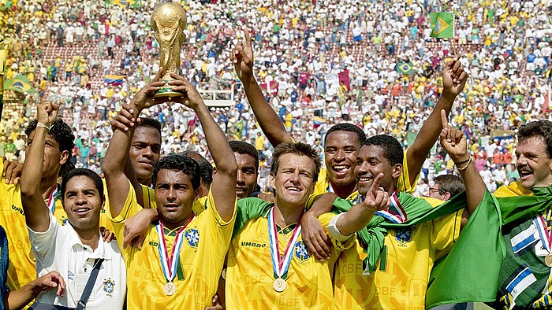1994an AEBetan titulua irabazi zuten Brasilgo selekzioko jokalariak, tartean Romario eta Dunga, besteak beste. / BERRIA