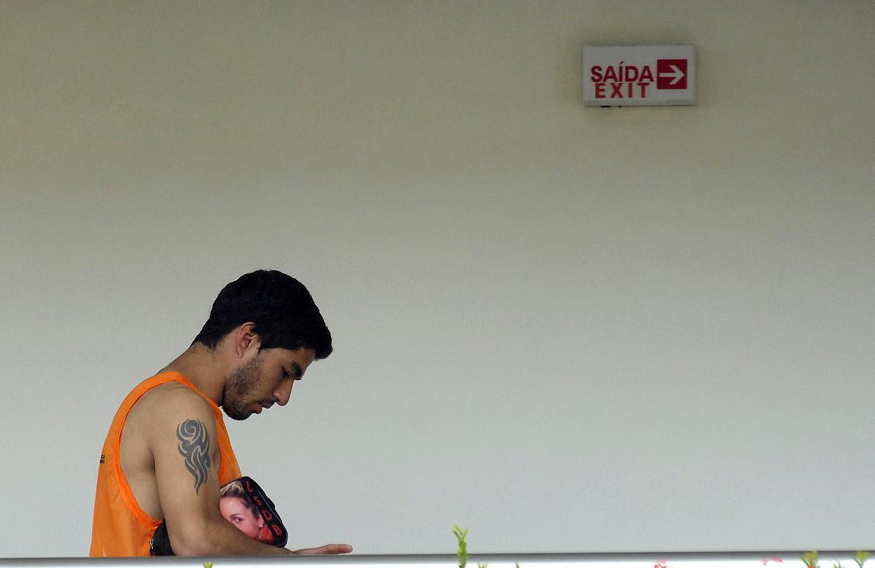 Luis Suarez, burumakur, Uruguairen egonaldia uzten, atzo arratsaldean. / NEY DOUGLAS / EFE