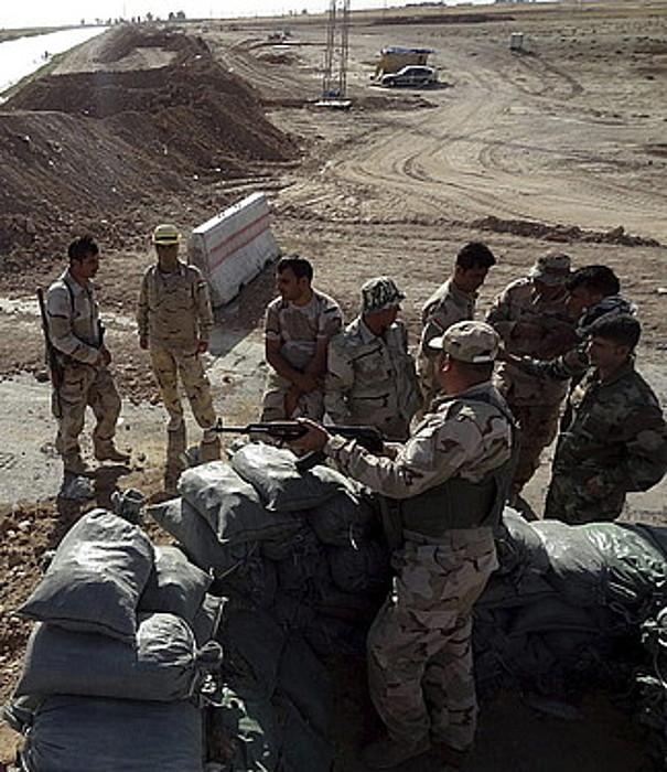 Peshmergak Tikrit eta Kirkuk arteko bidea zaintzen.