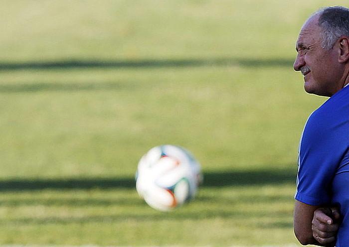 Luiz Felipe Scolari Brasilgo selekzioko hautatzailea, pentsakor, aste honetako entrenamendu saio batean. / KAI FOSTERLING / EFE