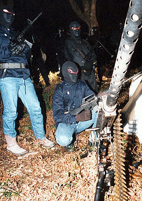FLNCkoak prentsaurreko bat ematen 1997ko otsailean, Traloncan. / PIERRE MURATI