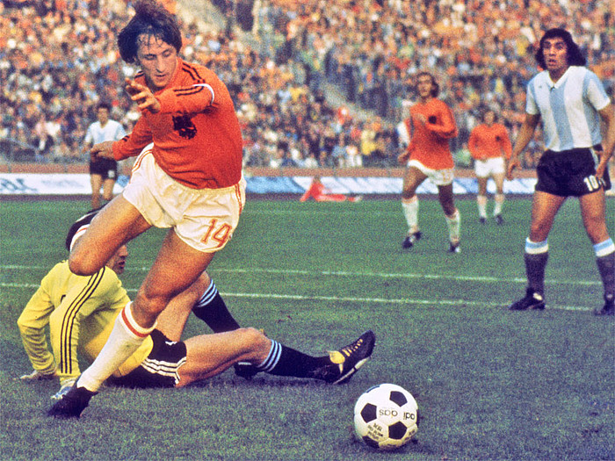 Johan Cruyff, Argentinari gol bat sartzear, 1974ko Munduko Kopan. / BERRIA