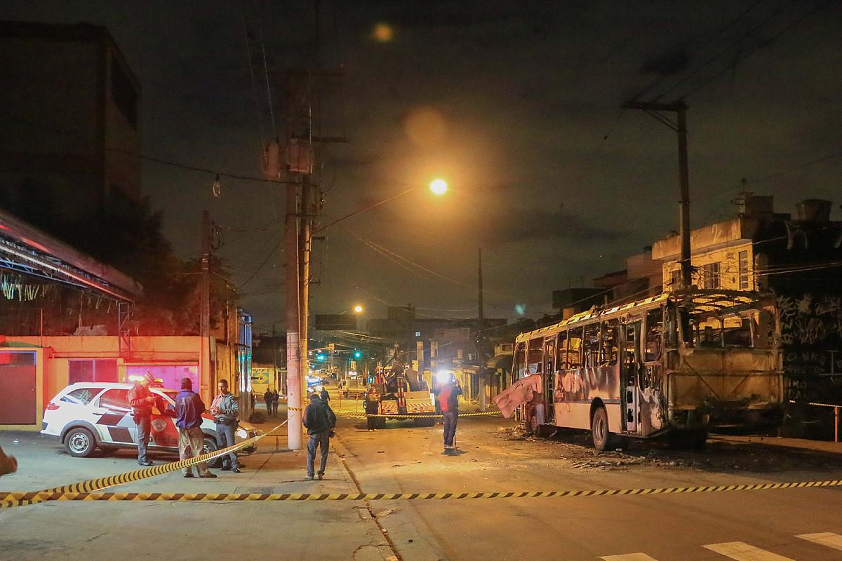 Sao Pauloko istiluetan erre zituzten autobusetako bat, herenegun gauean. / CARLOS VILLALBA / EFE