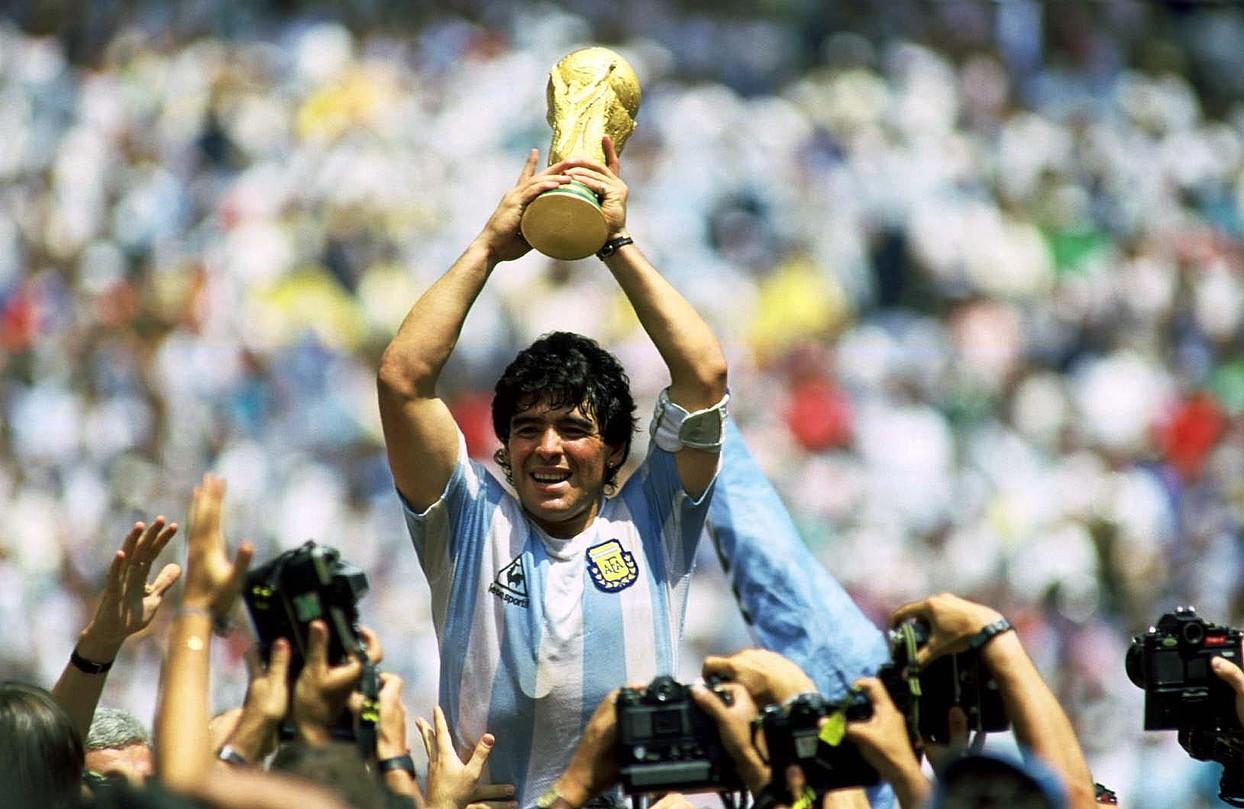 Diego Armando Maradona, 1986ko Munduko Kopa eskuetan duela, Mexiko Hiriko Azteca estadioan. / BERRIA