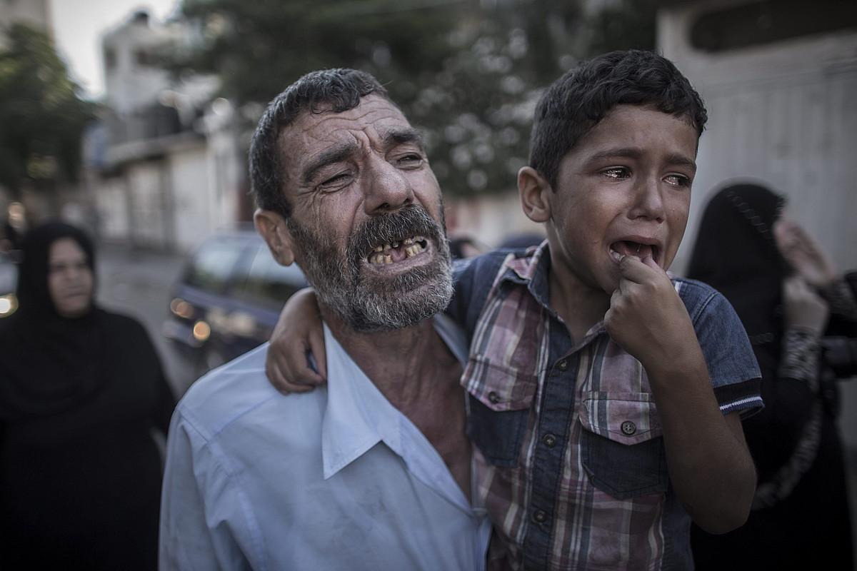 Israelgo armadak Gaza hiriko hondartzan hildako bi haurren aita eta anaia, atzo, senideen aldeko hiletan. Lau haur hil zituzten eraso horretan.