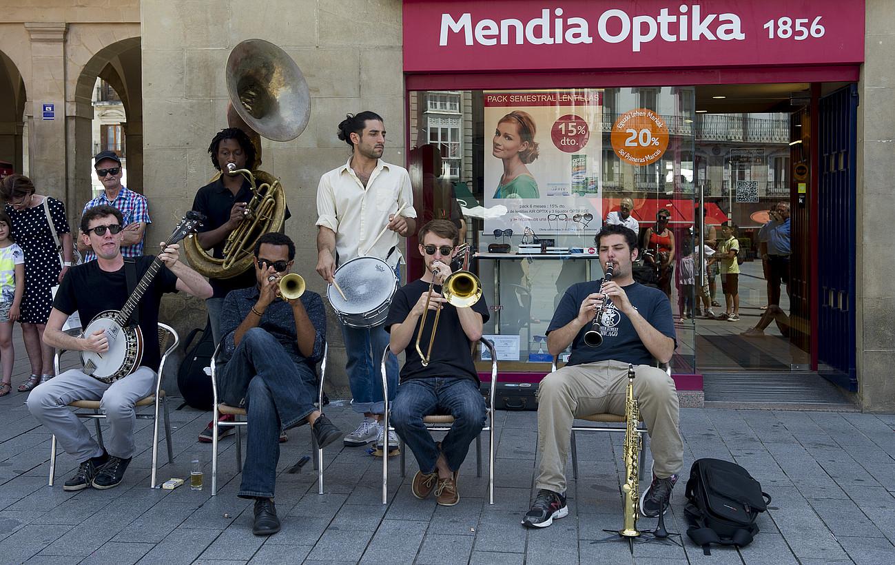 New Orleans Swamp Donkeys jazz taldea, Andre Mari Zuriaren plazan; erdiguneko kaleetan izango dira gaur eta bihar, 13:00ean eta 19:30ean. ©RAUL BOGAJO / ARP