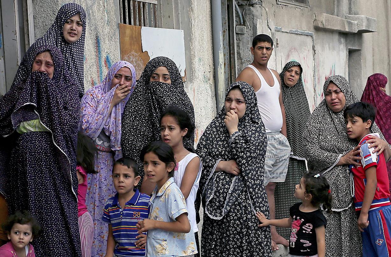 Emad eta Ghassim Elwan Israelgo tanke batek hil zituen umeen bizilagunak, hiletan, atzo, Gaza hirian. ©MOHAMMED SABER / EFE