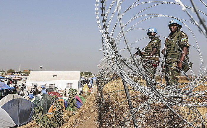 Ruandako soldaduak, Jubako errefuxiatu eremuan. Urtarrilean, armak bilatzeko miaketa bat egin zuten. / I. ALEBE A / EFE
